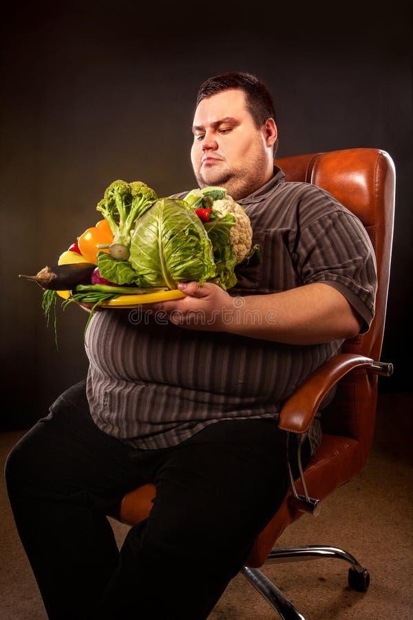 Dieet vette mens die gezond voedsel eten Gezond Ontbijt met groenten royalty-vrije stock fotografie