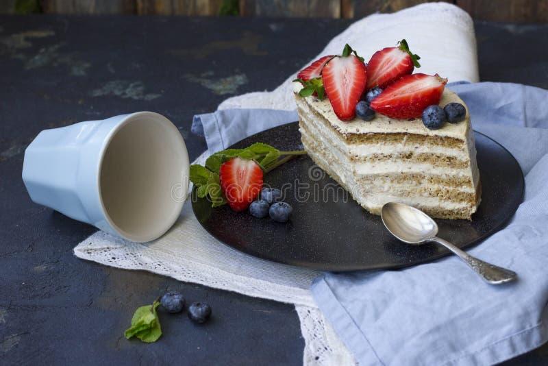 Dieetcake met bessen Stuk van cake Heerlijk, gezond dessert T royalty-vrije stock afbeelding