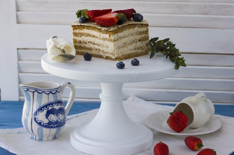 Dieetcake met bessen Stuk van cake Heerlijk, gezond dessert T stock fotografie