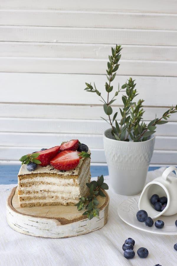 Dieetcake met bessen Stuk van cake Heerlijk, gezond dessert T stock foto's