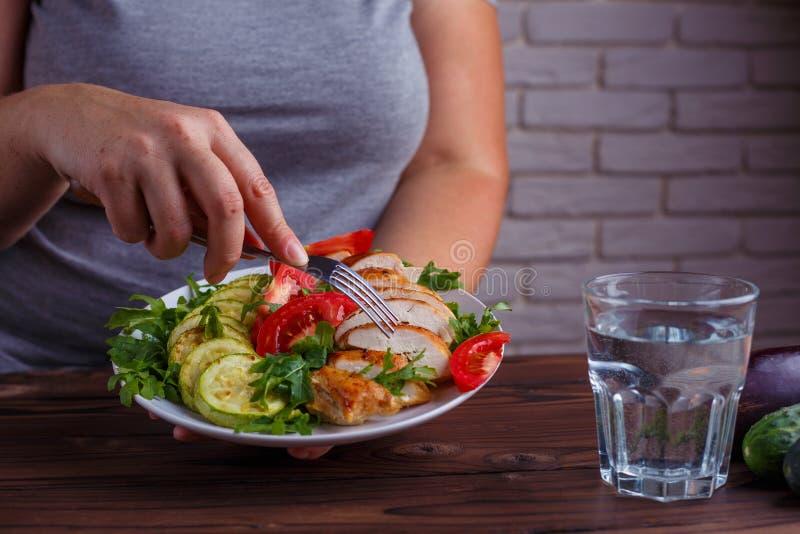 Dieetconcept, gezonde lage levensstijl, - calorievoedsel Vrouw het op dieet zijn royalty-vrije stock foto's
