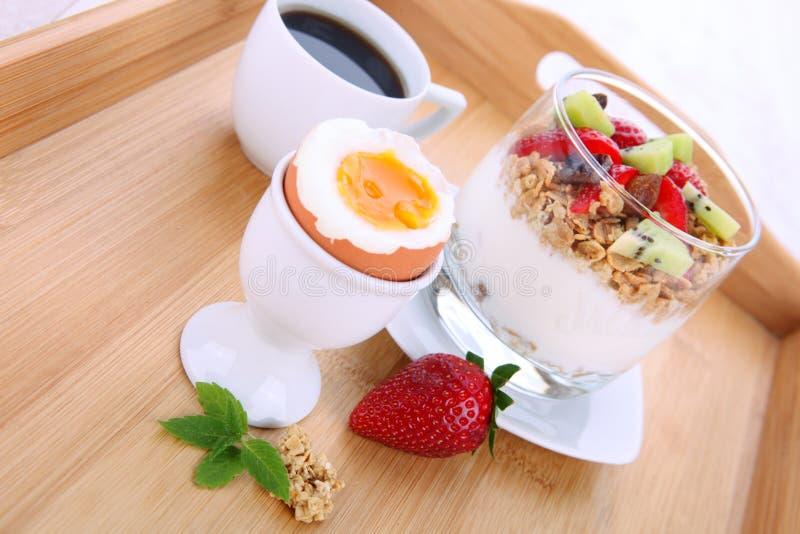 Dieetdessert met yoghurt, granola en verse bessen stock afbeelding