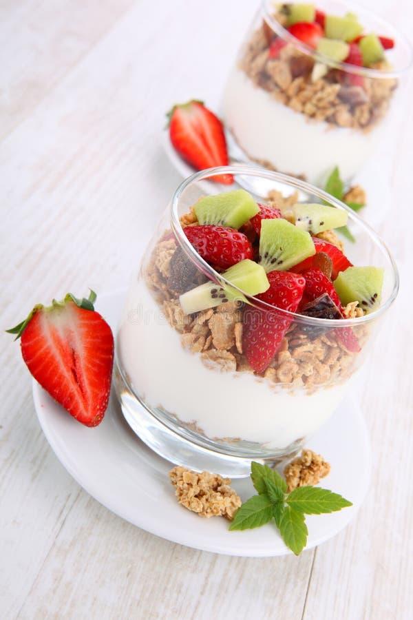 Dieetdessert met yoghurt, granola en verse bessen stock foto's