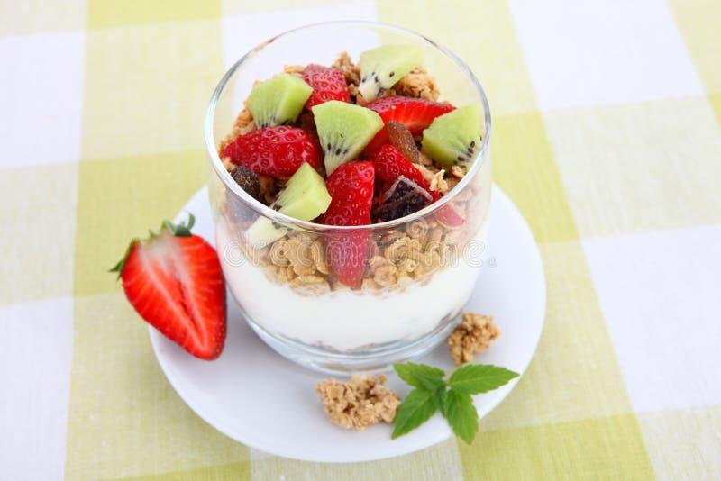 Dieetdessert met yoghurt, granola en verse bessen stock foto