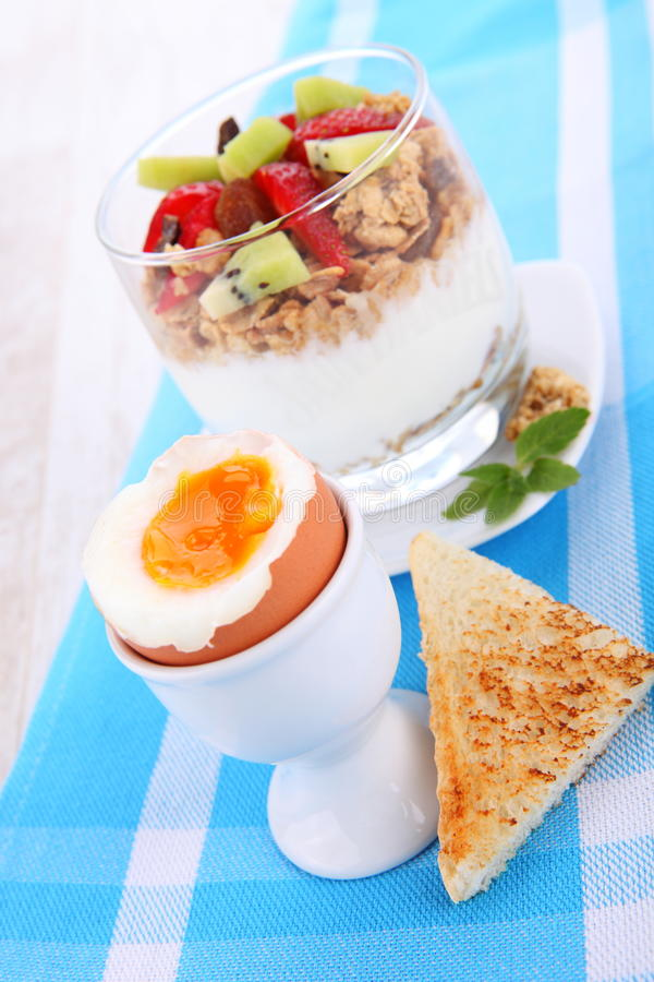 Dieetdessert met yoghurt, granola en verse bessen royalty-vrije stock afbeeldingen
