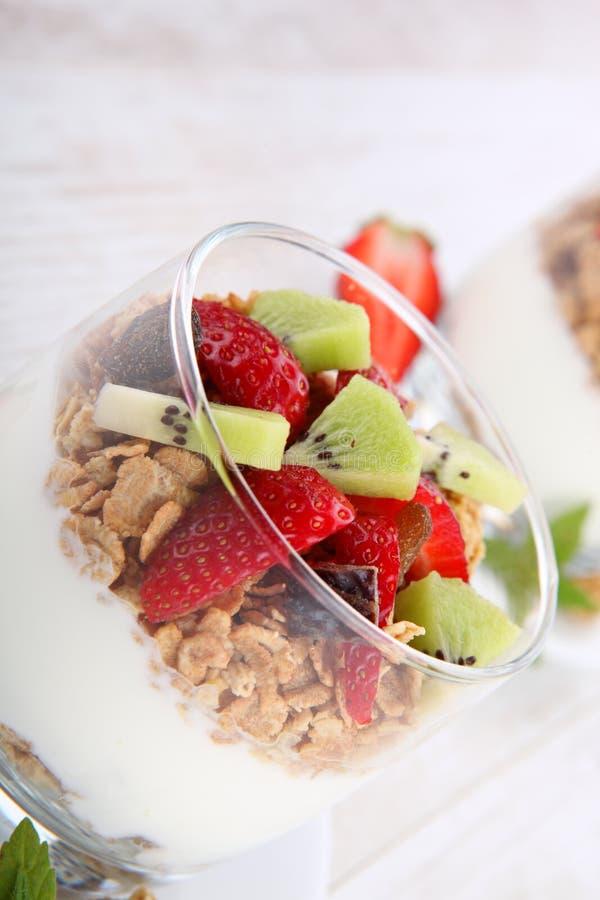 Dieetdessert met yoghurt, granola en verse bessen stock afbeeldingen