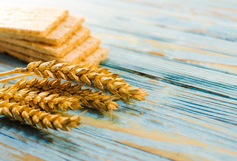Dieetdiebrood van graangewassen wordt gemaakt stock fotografie