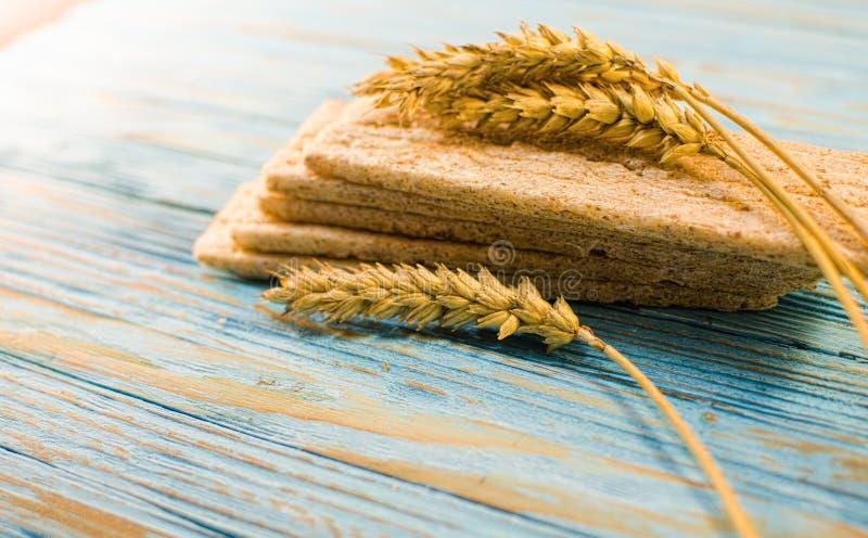 Dieetdiebrood van graangewassen wordt gemaakt stock afbeeldingen