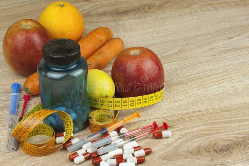 Dieetvoedsel, appelsap, groenten en vruchten, conceptendieet, vitaminesupplementen stock foto