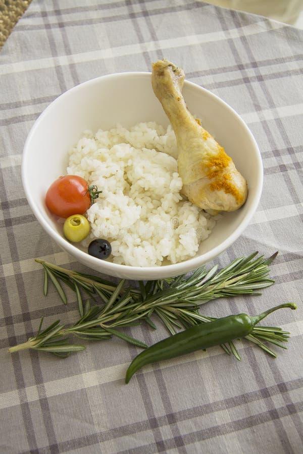 Dieetvoedsel: gekookte rijst met de verticaal van het kippenbeen royalty-vrije stock foto