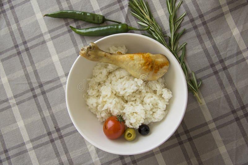 Dieetvoedsel: gekookte rijst met kippenbeen royalty-vrije stock foto's