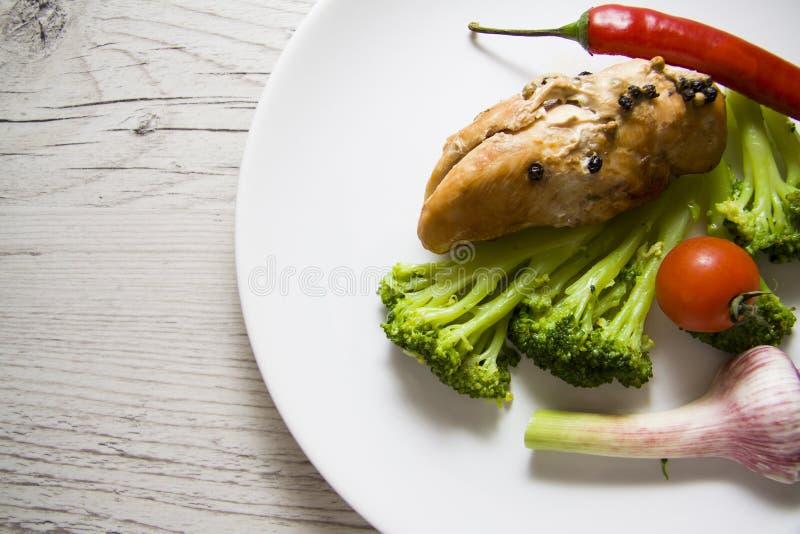 Dieetvoedsel: vlees met groenten wordt gekookt die royalty-vrije stock foto's