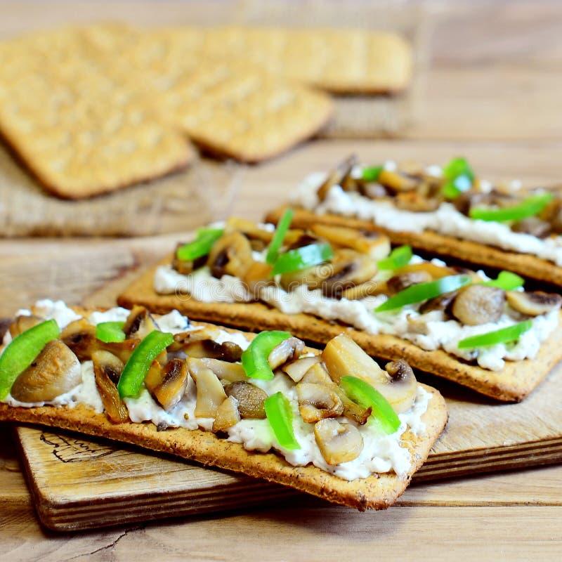 Dieetvoorgerecht met geroosterde paddestoelen en verse groene groene paprika op een houten raad Gemakkelijke en gezonde vegetaris royalty-vrije stock foto's