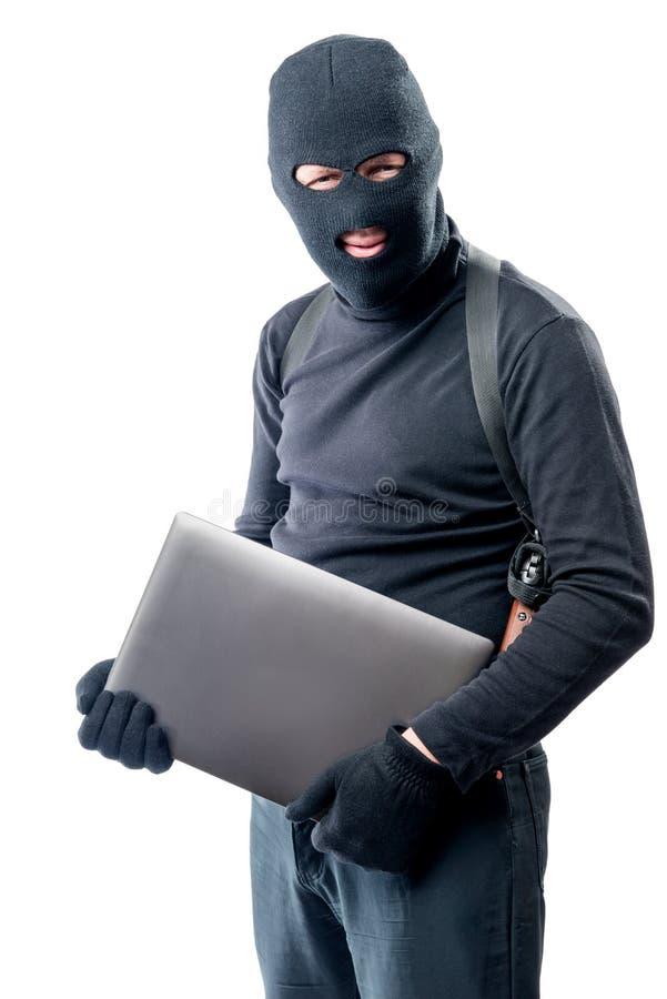 Dief in balaclava met laptop op een wit royalty-vrije stock afbeelding