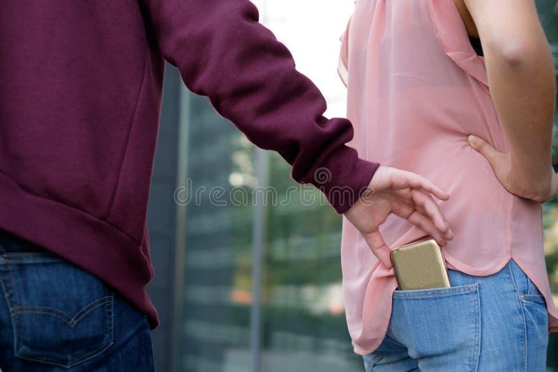 Dief die de mobiele telefoon stelen stock foto