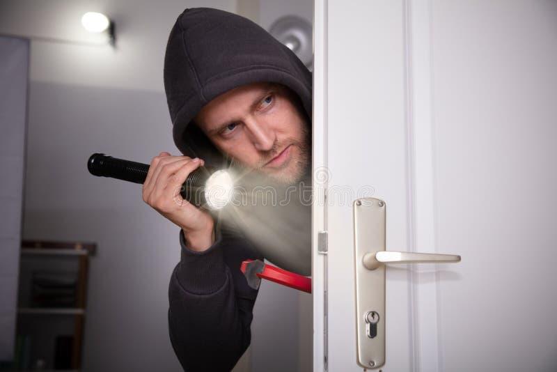 Dief Peeking From Door stock foto's
