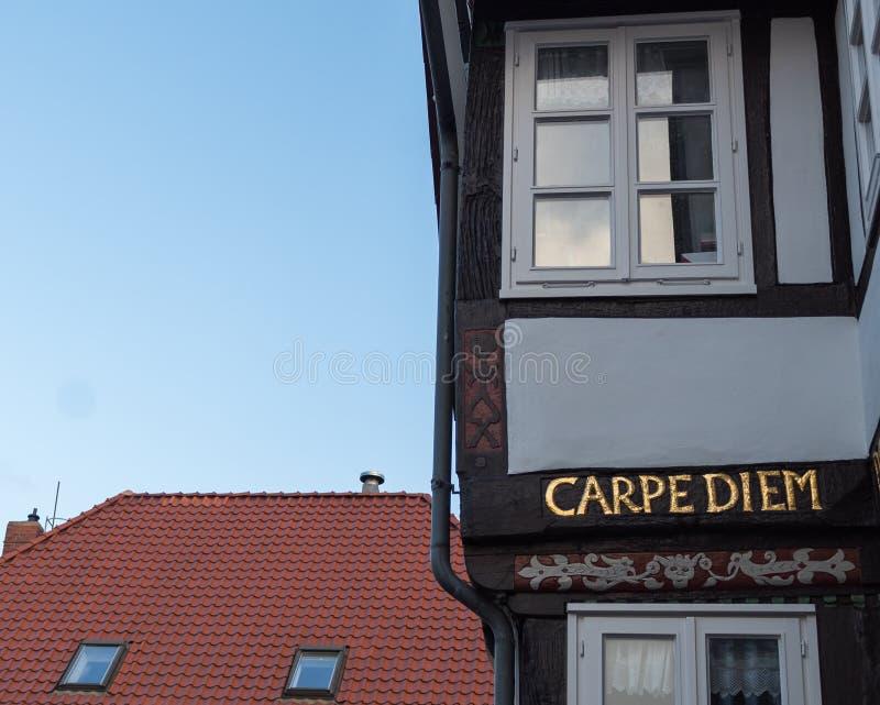 Diem Carpe написанное в золотых письмах на классическом ретро немецком здании стоковые изображения rf