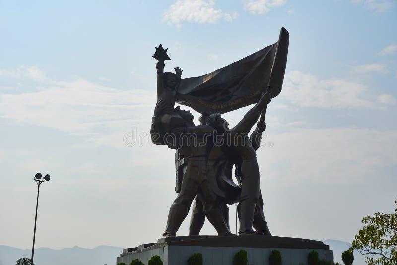 Dien Bien Phu Vietnam - April 25 2019: Striden av den Dien Bien Phu segerstatyn p? D1 kullen Vietnam arkivbild