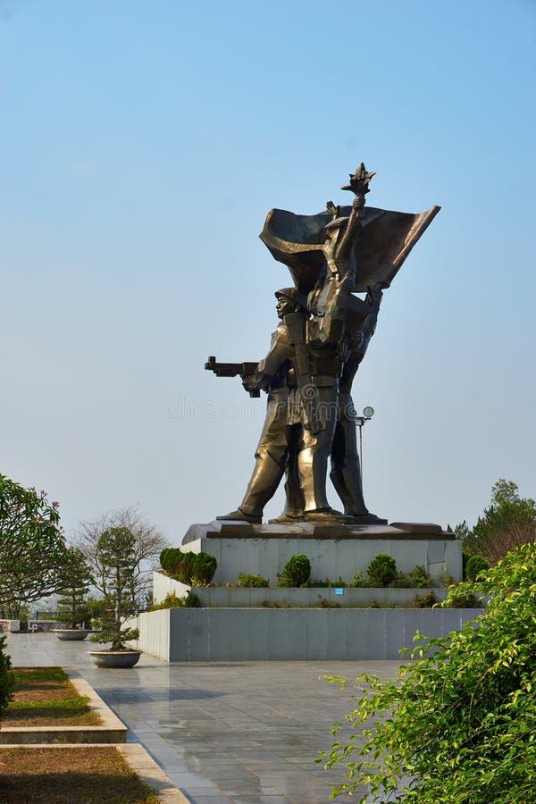 Dien Bien Phu Vietnam - April 25 2019: Striden av den Dien Bien Phu segerstatyn p? D1 kullen Vietnam royaltyfri bild