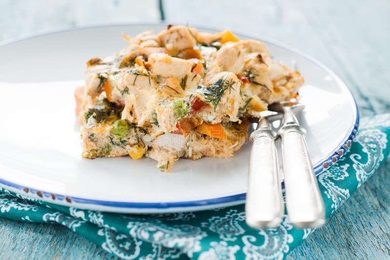 Dien de omelet met groenten en kip stock afbeelding
