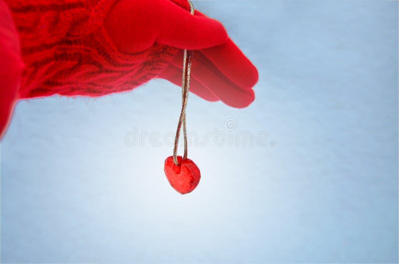 Dien een rood handschoen en glashart op een koord in beeld royalty-vrije stock foto