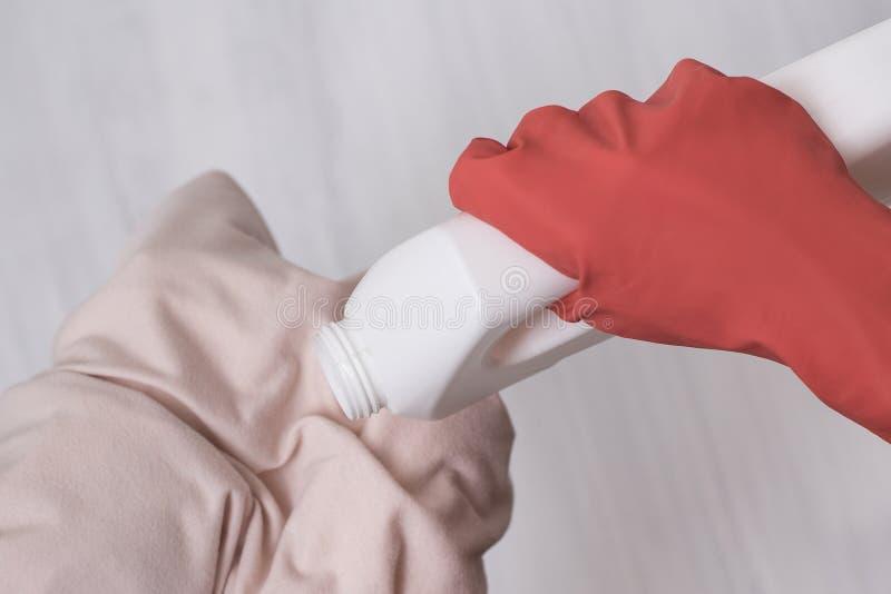 Dien handschoen in giet vloeistof voor was op kleren Close-up royalty-vrije stock foto
