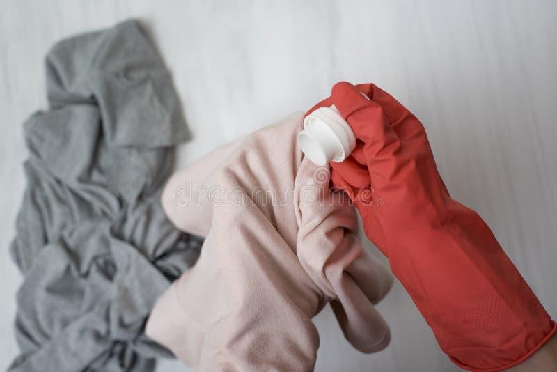Dien handschoen in giet vloeistof voor was op kleren Close-up royalty-vrije stock afbeeldingen