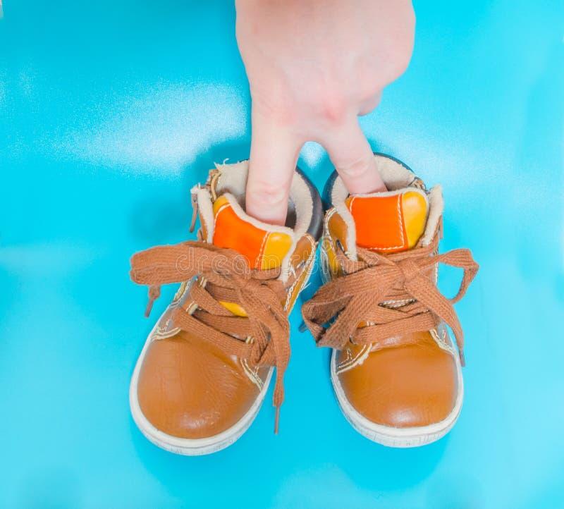 Dien kinderen` s schoenen als man in stock afbeelding