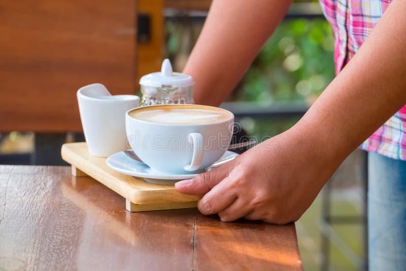 Dien Koffie op Lijst stock fotografie