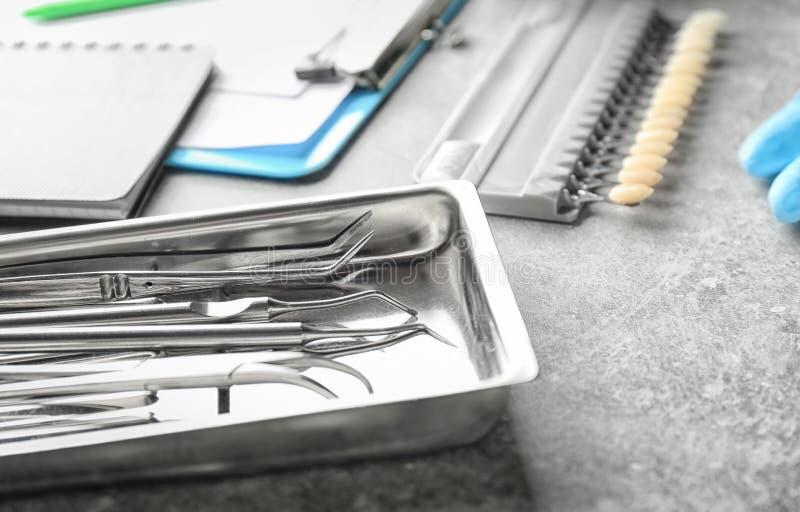 Dienblad met de hulpmiddelen van de tandarts op lichte lijst royalty-vrije stock afbeeldingen