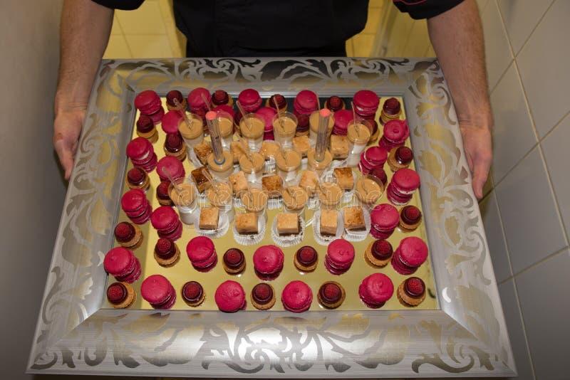 Dienblad met heerlijke cakes stock foto