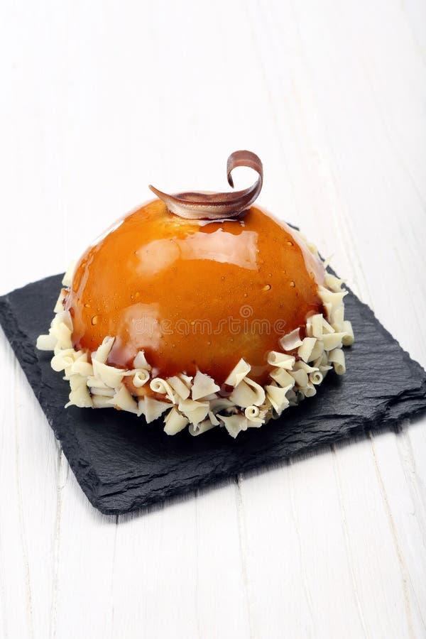 Dienblad met heerlijke zoete cake royalty-vrije stock afbeelding