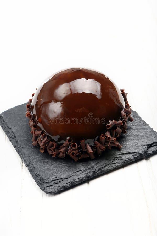 Dienblad met heerlijke zoete chocoladecake stock afbeelding