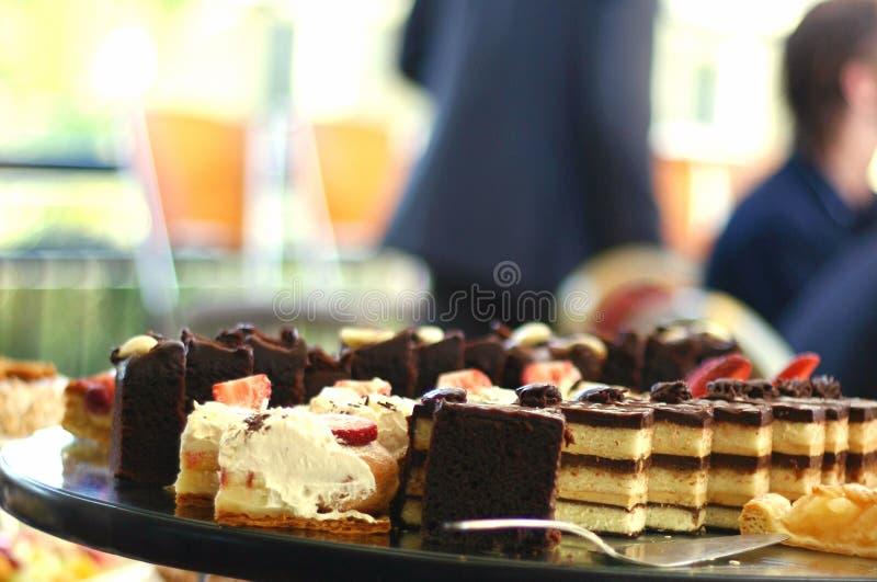 Dienblad van cakes stock afbeelding