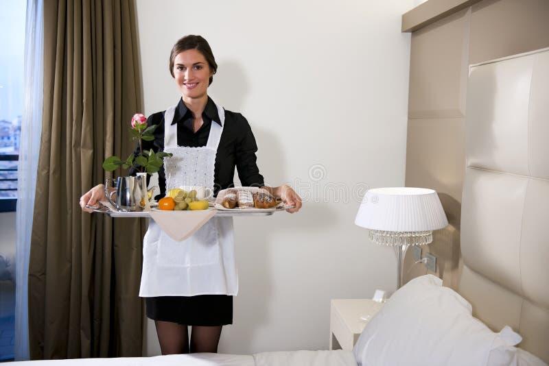 Dienblad van het Ontbijt van het meisje het Dragende royalty-vrije stock foto
