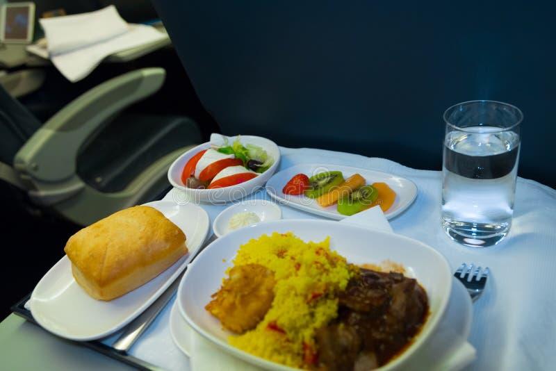 Dienblad van voedsel op het vliegtuig stock fotografie