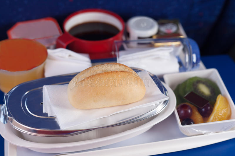 Dienblad van voedsel op het vliegtuig. royalty-vrije stock afbeelding