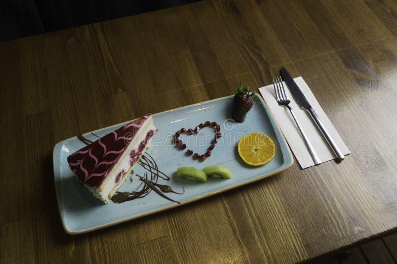 dienbladtribunes op gesneden chocoladecake en sinaasappel royalty-vrije stock afbeelding