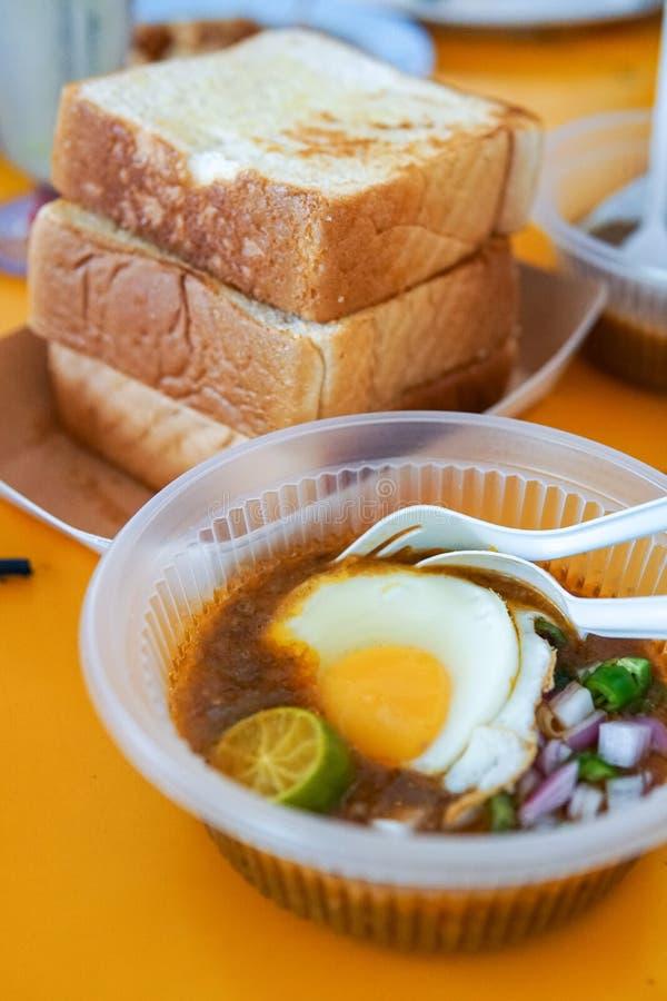 Diende het speciaal gemaakte geroosterde brood met boonsaus met ei, populair in Staat van Johor in Maleisië Genoemd geworden 'kac royalty-vrije stock foto
