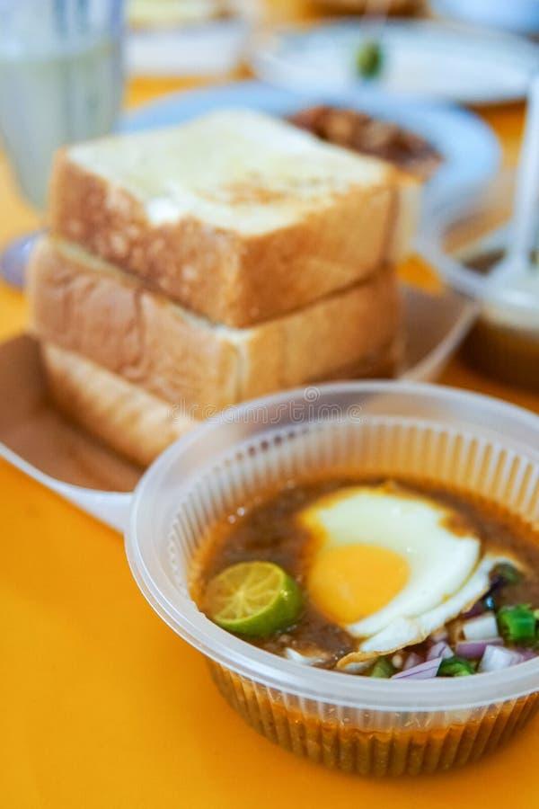 Diende het speciaal gemaakte geroosterde brood met boonsaus met ei, populair in Staat van Johor in Maleisië Genoemd geworden 'kac royalty-vrije stock afbeeldingen