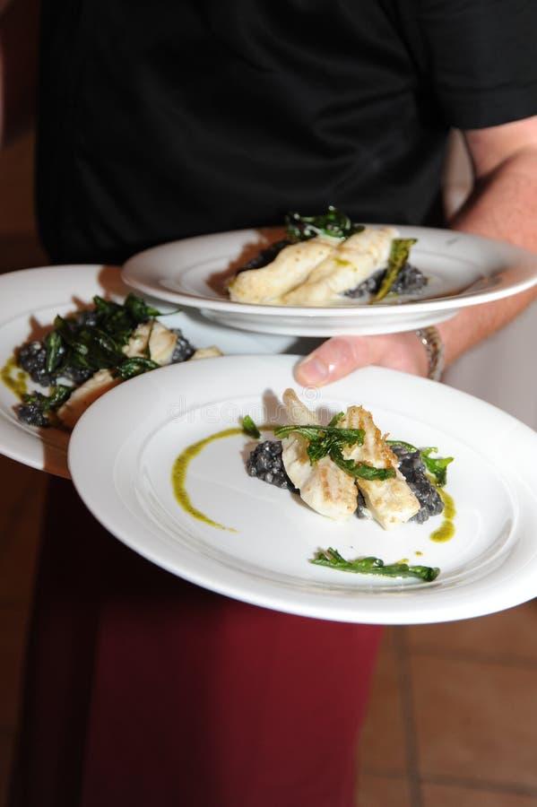 Dienen des Abendessens lizenzfreie stockfotografie