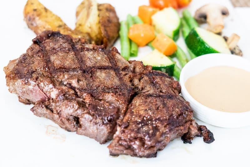 Dienend gedeelte van het heerlijke geroosterde lapje vlees van het wagyurundvlees royalty-vrije stock fotografie