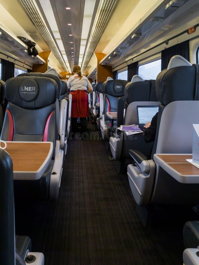 Dienend ontbijt op een trein ln-ER aan Edinburgh van York stock afbeeldingen