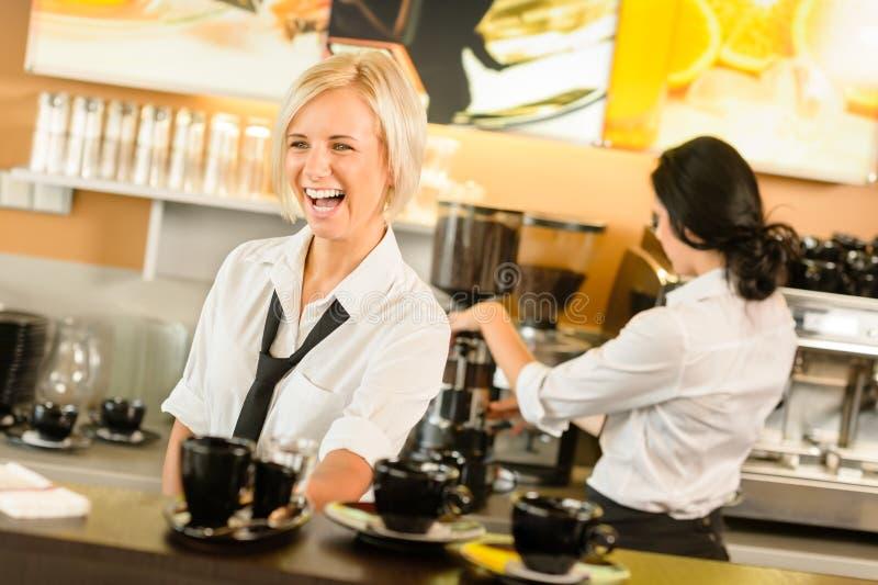 Dienende de koffiekoppen die van de serveerster espressovrouw maken royalty-vrije stock foto