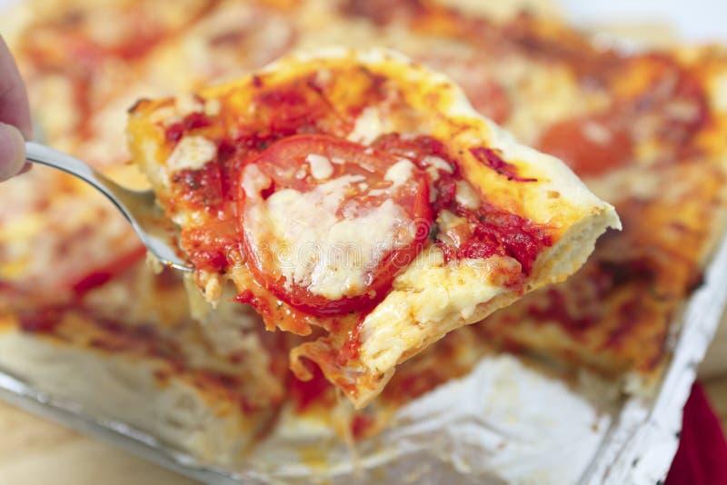 Dienende Horizontale Pizza Royalty-vrije Stock Afbeelding