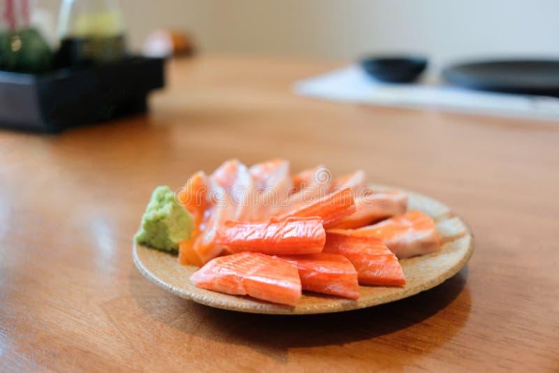 Dienende krabstokken en zalm met wasabi selectieve nadruk royalty-vrije stock foto's