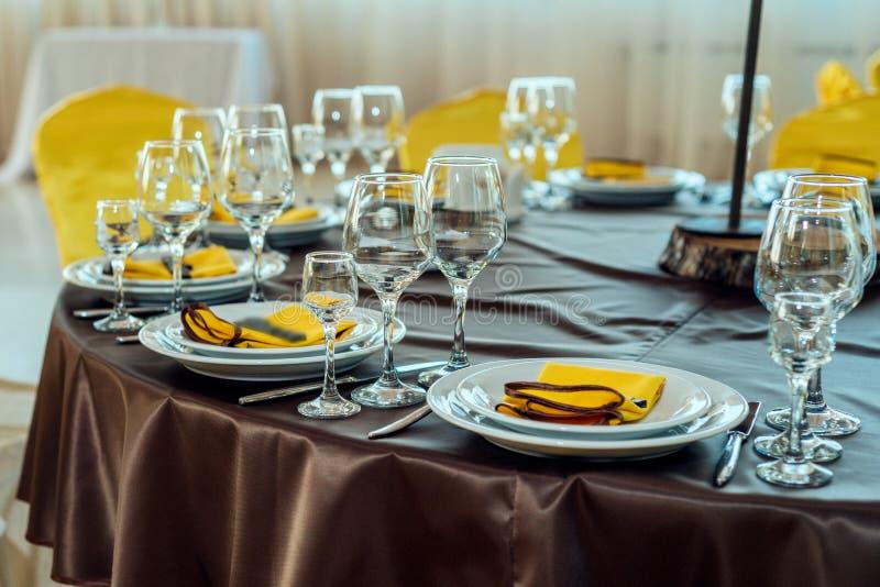 Dienende lijst in restaurant met wijnglazen en bestek royalty-vrije stock foto