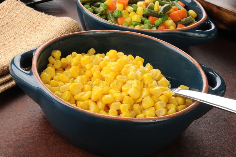 Dienende schotel van graan stock foto's