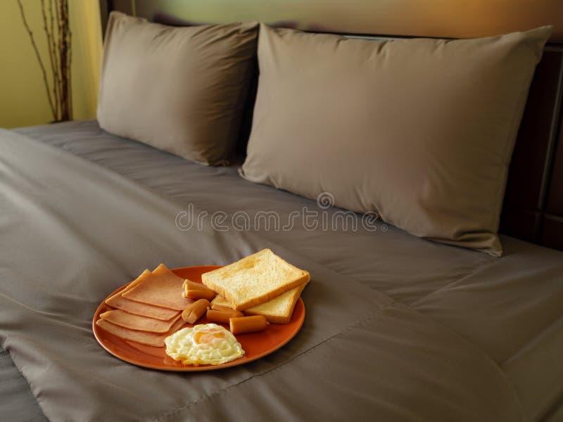 Dienendes Frühstück im Luxusschlafzimmer stockbild