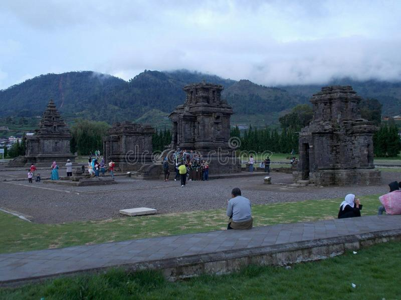 dieng świątynia zakrywająca z mgłą fotografia stock
